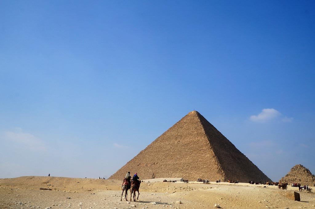 観光客が多いピラミッド
